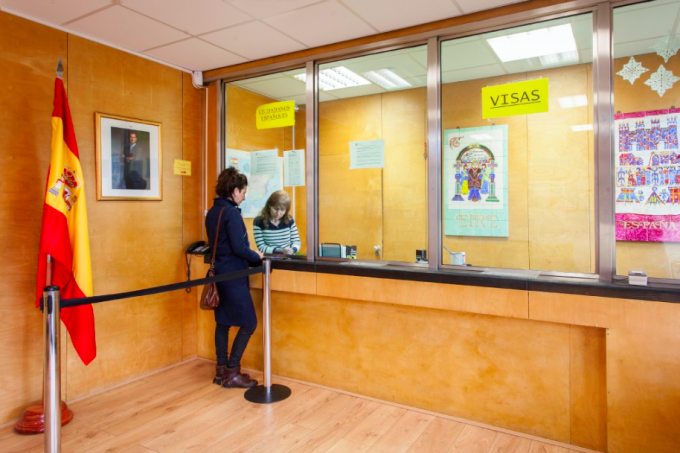 Núria Güell requests the rejection of her nationality at the Embassy of Spain in Dublin. 