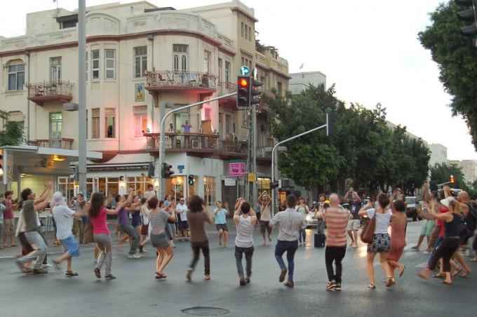 Public Movement, How Long is Now?, intervention Rothschild Boulevard - Allenby Street , Tel Aviv, 16. August 2011. Photo: Eyal Vexler